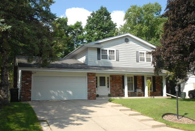 West Allis Single Family Home For Sale: 2655 S Root River Pkwy