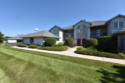 Pewaukee Condo/Townhouse Active Contingent With Offer: 909 Quinlan Dr #D