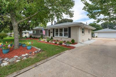 Menomonee Falls Single Family Home For Sale: W147n8266 Manchester Dr