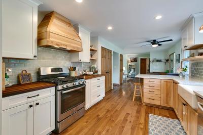 Oconomowoc Single Family Home For Sale: 961 Chesterton Ct