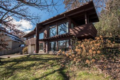 Waukesha Single Family Home For Sale: 1112 Cavalier Dr