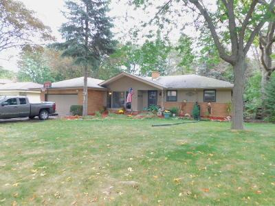 Milwaukee WI Single Family Home Active Contingent With Offer: $194,500