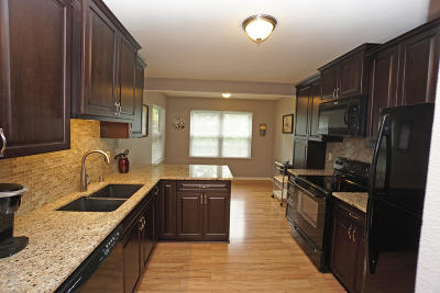 Hartland Condo/Townhouse Active Contingent With Offer: 652 Dundee Ln