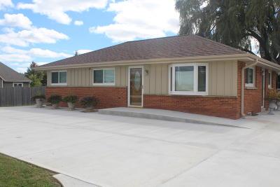 Oak Creek WI Single Family Home For Sale: $249,000