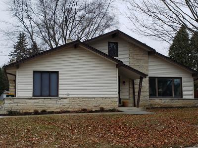 Milwaukee County Single Family Home For Sale: 555 E Parkway Estates Dr