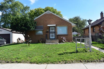 Milwaukee Single Family Home For Sale: 5960 N 80th St