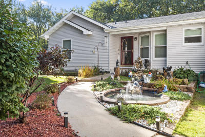 Lake Geneva Single Family Home Active Contingent With Offer: W1465 Sunset Dr