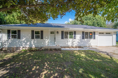 West Bend Single Family Home For Sale: 608 Redwood St