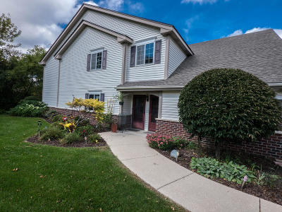 Pewaukee Condo/Townhouse Active Contingent With Offer: 572 Pewaukee Rd #E