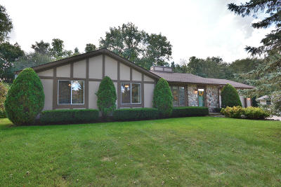 Hartland Single Family Home Active Contingent With Offer: 809 Crescent Ln