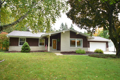 Ozaukee County Single Family Home Active Contingent With Offer: 916 Vista Ln