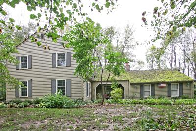 Mequon Single Family Home For Sale: 709 W Auburn Ct