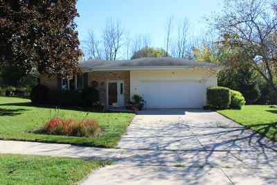 Ozaukee County Single Family Home Active Contingent With Offer: 414 S Colonial Pkwy
