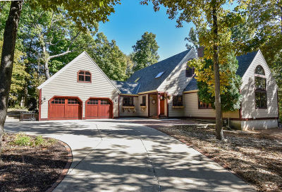Waukesha County Single Family Home For Sale: 970 Satinwood Ct