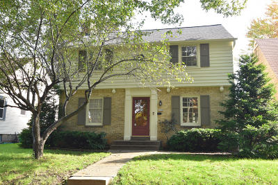 Wauwatosa WI Single Family Home Active Contingent With Offer: $249,000