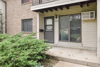New Berlin Condo/Townhouse Active Contingent With Offer: 1664 S Carriage Ln