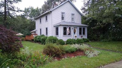 Waukesha County Single Family Home For Sale: 220 Elkhorn Rd
