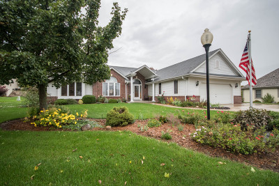 Mukwonago Single Family Home Active Contingent With Offer: 617 Two Rivers Dr