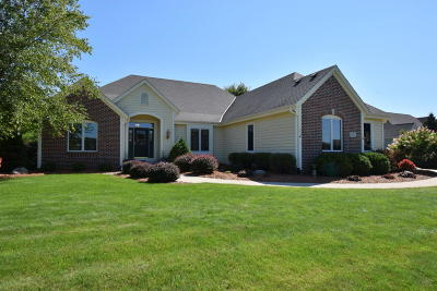 Hartland Single Family Home For Sale: W285n7484 Bark River Rd