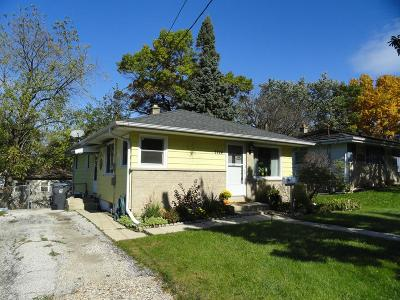 Waukesha County Single Family Home For Sale: 2124 Easy St