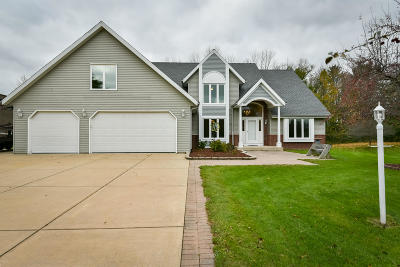 Ozaukee County Single Family Home For Sale: 1063 Woodview Dr