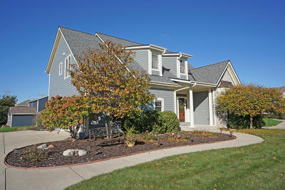 Waukesha Single Family Home For Sale: 514 Wynnewood Ct