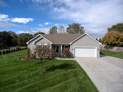 Waukesha Single Family Home Active Contingent With Offer: 724 Maple Way N