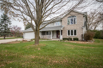 Waukesha Single Family Home For Sale: W234s5162 Ermine Ct