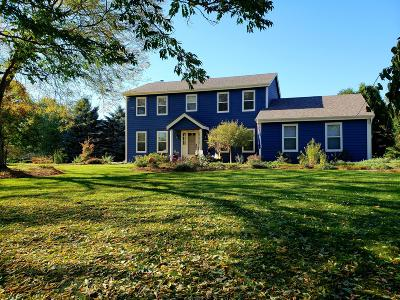Delafield Single Family Home Active Contingent With Offer: 2319 Hillcrest Dr
