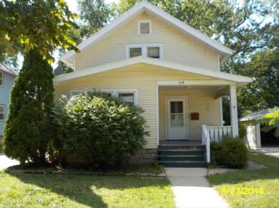Waukesha Single Family Home For Sale: 118 Columbia Ave