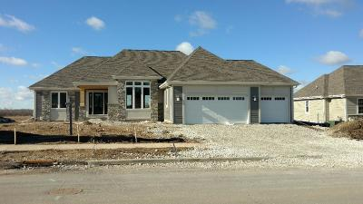 Waukesha Single Family Home For Sale: 1411 White Deer Trl