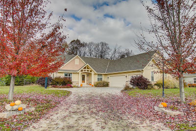 Waukesha Single Family Home For Sale: N24w23896 Hawks Meadow Dr