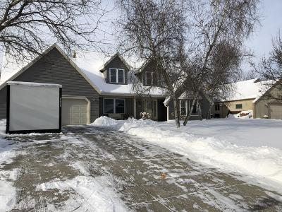 Waukesha Single Family Home For Sale: W226n2543 Oakwood Ln