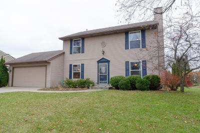 Pewaukee Single Family Home For Sale: 875 Laureate Dr