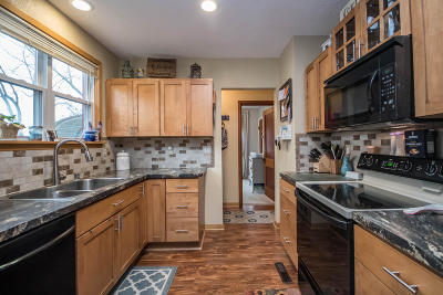 Waukesha Single Family Home Active Contingent With Offer: 915 Buena Vista Ave