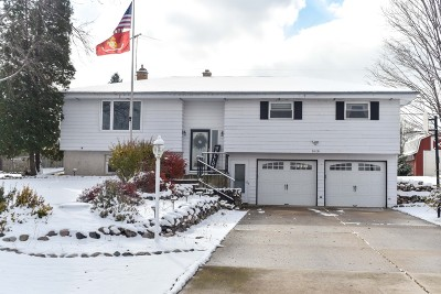 West Bend Single Family Home For Sale: 1618 Terry Dale Dr