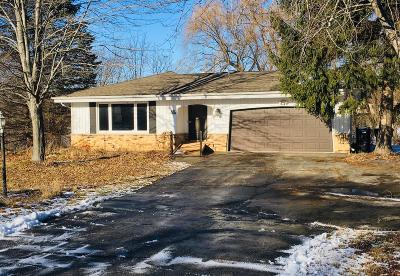 Waukesha Single Family Home For Sale: S66w25150 Moraine Ct