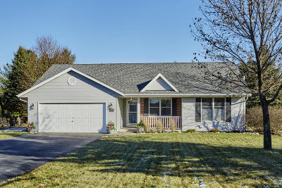 Hartland Single Family Home Active Contingent With Offer: 210 Granary Cir