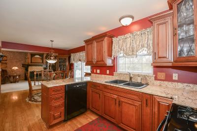 Waukesha Single Family Home For Sale: 1808 Wexford Ln