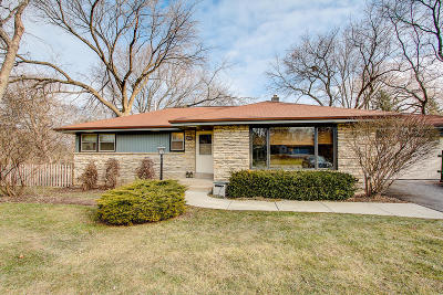 Milwaukee County Single Family Home Active Contingent With Offer: 9026 N Iroquois Rd