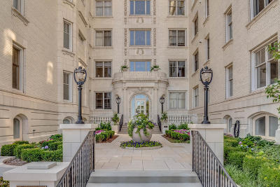Milwaukee Condo/Townhouse Active Contingent With Offer: 777 N Prospect Ave #NP2