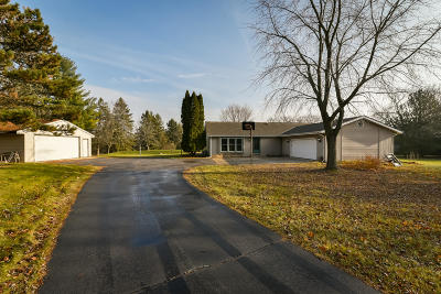 Cedarburg Single Family Home For Sale: 824 Horns Corners Rd