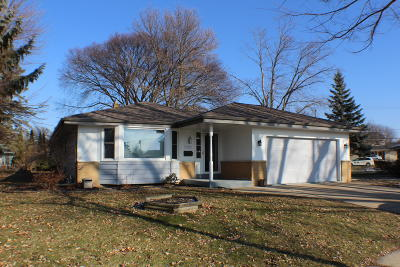 Waukesha County Single Family Home For Sale: 1808 De Witt Ct