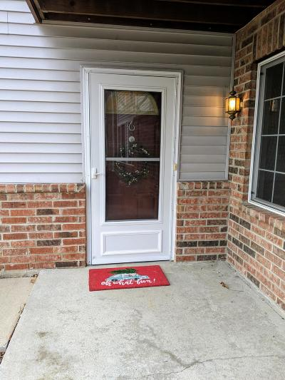 Milwaukee County Condo/Townhouse For Sale: 205 W Aspen Ct, 6