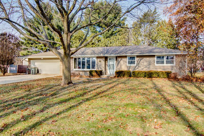 Waukesha County Single Family Home For Sale: 676 Daffodil Ct