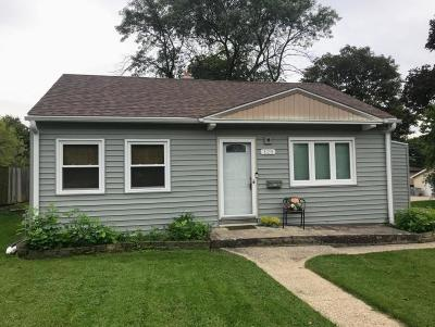 Milwaukee Single Family Home For Sale: 125 W Martin Ln