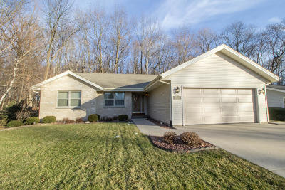 Slinger Single Family Home For Sale: 652 Highview Dr