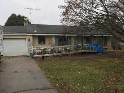 Waukesha Single Family Home Active Contingent With Offer: S42w27045 Overlook Ln