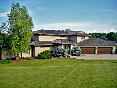 Oconomowoc Single Family Home Active Contingent With Offer: 2100 N Oakwoods Ct