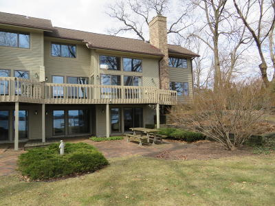 Oconomowoc Condo/Townhouse For Sale: W346n5610 Lake Dr